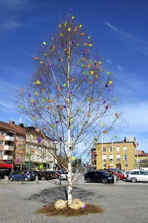 Påskris modell större. Det stora påskträdet är också på plats på torget. Som vanligt med ägg vid foten.