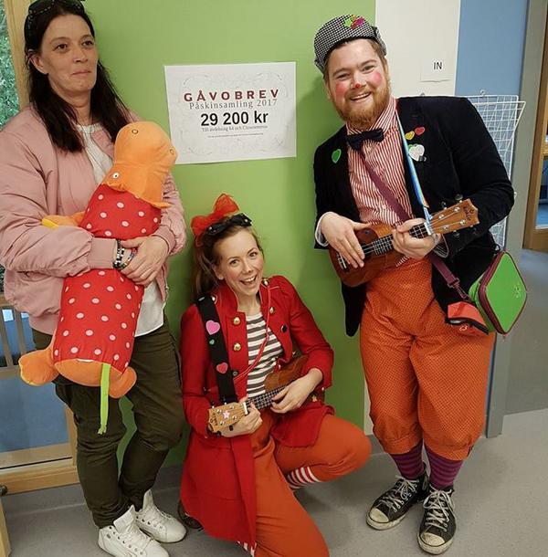 Victoria Lönnström tillsammans med Clownetterna Hemling och Hopp-san. Barnkliniken har som regel inga pengar till godis, leksaker och uppmuntrande aktiviteter. Både avdelning 64 och Clownetterna blev jätteglada över pengarna som Victoria samlade in.