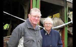 Vilma och Sören Viktorsson förlorade sin Fiat Brava i branden.– Är branden anlagd är det verkligen obehagligt, säger de.Foto: Hans Dahlqvist