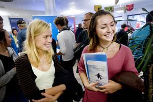 Systrarna Veronica och Kristin Löfstrand, 20 och 22 år, vill gärna jobba i Tänndalen eller Vemdalen i vinter. De hade förberett sig väl och kopierat sina CV som de kunde ge anläggningarna.