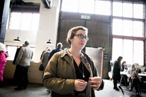 Årets Ahlbäckspristagare heter Ulrika Mars. Hon broderar berättelser om arbetande kvinnor, bilder från ett ullspinneri i Hälsingland.