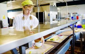 Stora mängder disk hanteras hand varje dag i sjukhusköket. Kristina Boberger tar hand om de frukostbrickor som kommer tillbaka från avdelningarna.