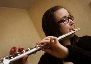 Ingrid Mobacke älskar musik och har spelat tvärflöjt i åtta år. Dessutom sjunger hon i kör.