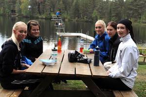 Madelene Andersson, Lovisa Stark, Elin Thenander, Ellen Heinstedt och Rebecca Jons käkade efter genomfört lopp.