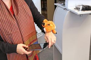 Inuti den lilla mjukisdjursräven finns vibrerande sensorer som styrs via telefonen eller läsplattan. Räven är tänkt att användas av barn till exempel som en utveckling av leken kurragömma.