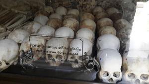 En av massgravarna i Kambodja har iordningsställts som museum. Entrén visade tydligt vad som väntade.