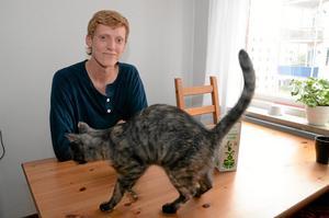 """Nyinflyttad. Erik Teerikoski tycker ofta att ungdomsperspektivet saknas i politiken. Han har precis flyttat hemifrån och bor i en lägenhet tillsammans med katten Bohilda. """"Unga har inte råd med nya lägenheter men det måste finnas alternativ för dem att stanna kvar i Hallsberg"""", menar han."""