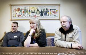 LETAR JOBB. Daniel Johansson, Maud Hornegård och Janne Johannesson är tre av 74 arbetslösa i fas 3 som har sin sysselsättning hos second hand-butiken Prio 1 i Gävle. De arbetar i företaget – men har även schemalagd tid för att söka jobb.