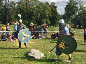 Otto Stockhaus och Karl Kronlund gör upp med svärd. En envig gjordes upp inom ett inhägnat område redan på vikingatiden.