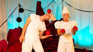 Från två år. Cirkusartisten Viktor Gyllenberg och Dansaren Mira Björkman i föreställningen Marmelad som bjuder barnen på rörelse och sinnesupplevelser.