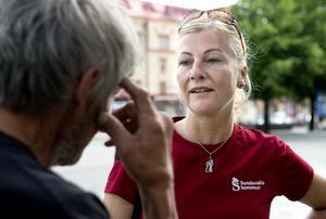 Ulrika Söderlund i samtal med en av de äldre som hon dagligen träffar på sina rundor.