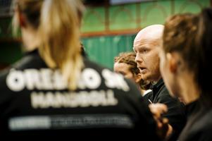 Tomas Dunder, här som tränare i ÖSK, stannar i Hellton.