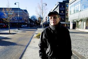 En servicebil och några enstaka taxibilar passerar. Men några bussar behöver Rolf Westberg inte se upp för när han korsar Nygatan vid Stortorget med sin cykel.– Det här är bra, speciellt för äldre som går över torget. Helst skulle det inte vara någon trafik alls i centrum, säger han.