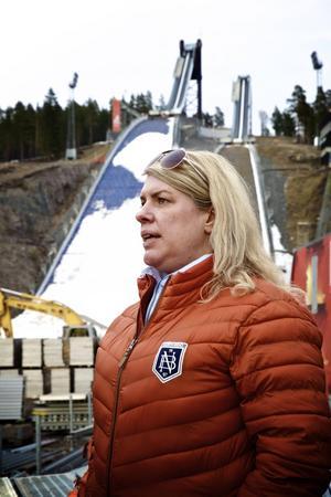 Marit Nybelius, vice ordförande i Holmens IF, för nu fram en idé om att Svenska skidförbundet bör ta en del av VM-vinsten och säkerställa verksamhet i VM-backarna på Lugnet.