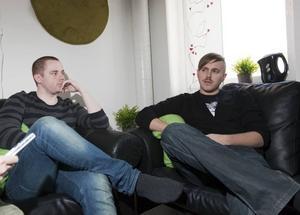 Emil Englin och Kristoffer Löfgren är två av dem som driver Lunatic Music, som upplåtit sin studio för inspelningen.