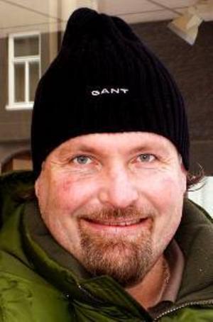 Stefan  Johansson, 43 år,  Göteborg:– Nej. Jag sätter undan barnbidraget till Maximus framtid så länge det går. Kanske kan han satsa pengarna i en bostad.