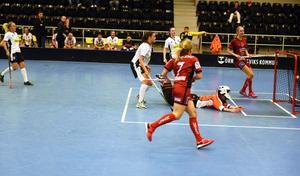 Hanna Strömberg gör 4–1 för Örnsköldsvik fint framspelad av Wilma Lindholm.