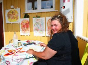 Maud Carlsten målar intensivt inför utställningen på Stocke Titt till veckan.   Foto: Jan Andersson