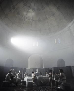 I badhuset. Från en av Shririn Neshats fyra filmer om iranska kvinnoöden. Huvudpersonen Zarin skymtar stående till höger.