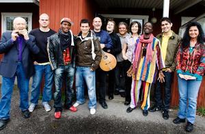 Här är gänget som repade inför konserten på Öster i går kväll. Redan klockan 16 var Ale Möller (i mitten med gitarr) genomsvettig och laddad för att möta musiker från Gävle.