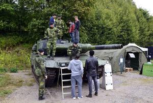Stridsvagn modell 122 har sannolikt aldrig visats i Sundsvall tidigare. Vid Försvarsmaktens dag finns den på plats. Intresserade besökare från arbetsförmedlingen och gymnasiet tar sig en närmare titt.