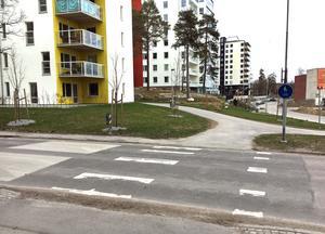 Gång- och cykelpassagen på Gideonsbergsgatan, vid korsningen med Utvecklingsgränd, är klar. Nu ska en gång- och cykelväg anläggas parallellt med Utvecklingsgränd till Emausskolan.