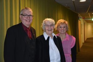 Årets Solstipendiat Monica Sundin flankerad av humanistiska nämndens ordförande Jan-Olov Häggström och omsorgsnämndens dito Anna-Belle Strömberg.