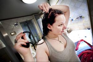 """Sandra Larsson från Svenstavik kan äntligen ta av sig rastaflätorna.""""Jag har kort blont hår i vanliga fall så det har känts lite ovant. Det är obeskrivligt skönt att få fläta ur det här trasslet, jag har inte tvättat håret på två veckor så det är det första jag ska göra nu""""."""