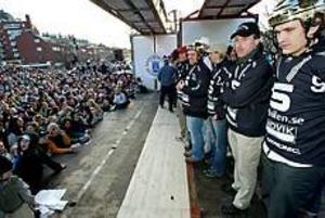 Foto: FRANK JULIN Guldfest på Jerntorget. Närmare 4 000 SAIK-fans hade sökt sig till Jerntorget för att fira sina guldhjältar.