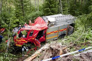 Det var en ohygglig syn som mötte kollegerna från Ludvika med flera räddningskårer när de kom till olycksplatsen. Brandbilen rammade en stor björk när den störtade ned i ravinen.