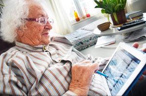 Britt Hallgren skaffade en surfplatta när hon flyttade till äldreboendet i Storsjö i januari. Från att knappt ha tagit i en dator för ett halvår sedan använder hon nu internet dagligen.