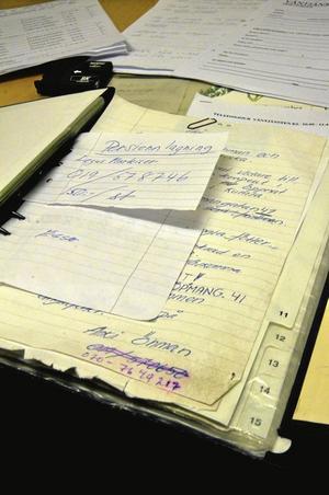 Pärm. Telefonnummer och kontakter för Väntjänstens telefonjour finns samlade i en väl använd pärm. I telefonen svarar Väntjänstens frivilliga fem dagar i veckan.Foto: Jan Wijk