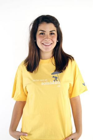 Elisa Amorelli delar ut VLTs soltröjor.