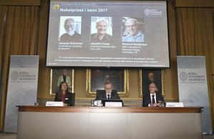 Sara Snogerup Linse, ordförande för Nobelkommittén i kemi,  Göran K. Hansson, sekreterare i Kungliga vetenskapsakademien, och Peter Brzezinski, ledamot i Nobelkommittén i kemi, tillkännager årets Nobelpristagare i kemi i sessionssalen på Kungliga Vetenskapsakademien i Stockholm.