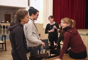 Erik Uddenberg, och Kajsa Isakson diskuterar en scen med Victor Ström, Anna Pareto och Cecilia Wernesten.