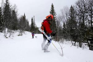 Elitsskidåkaren Johan Persson från Järpen finsslipar spårbädden. Med röjsåg skär han bort småkvistar som sticker upp ur den packade snön.