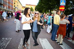 Linnea Pettersson och Sara Westling är 14 år och kan knappt hålla sig för skratt när de ska fotograferas.
