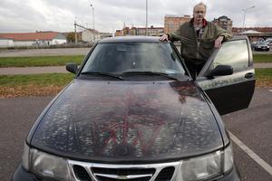 När andra väljer att tatuera sig så ägnar sig Yngve Petersson hellre åt konstnärsskapande på sin bil.