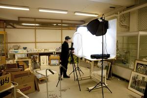 På löpande band. Daniel Östervall fotograferar alla föremål som ska läggas ut på hemsidan inför den kommande auktionen.