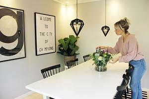 Matsalen mellan vardagsrummet och ateljén har plats för många gäster. De klassiska pinnstolarna Lilla Åland är designade av Carl Malmsten.