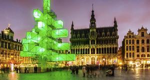 En ljusinstallation som efterliknar en julgran, på Grand Place i Bryssel.