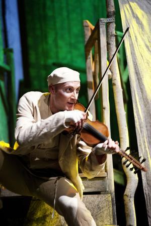 Spelmannen, spelad av Magnus Samuelsson.