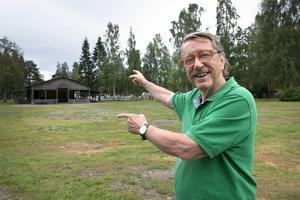 Kjell Lönnå skulle vilja ha en fast scen där dansbanan i dag ligger. En alternativ placering är enligt honom bredvid lekparksområdet.