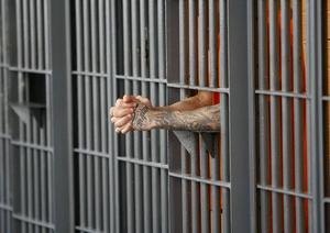 Personen och fängelset på bilden har ingen direkt koppling till texten.