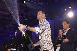 Vinnaren Robin Bengtsson firade med champagne på efterfesten när tv-sändningen var slut vid Melodifestivalen 2017 i Friends Arenas bankettsal i Stockholm på lördagen.