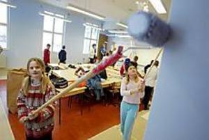 Foto: LASSE WIGERT Glad färg? Efter jul kommer eleverna tillbaka till ett bra mycket mer trivsammare klassrum. - Jag tror man känner sig gladare med ljusblått, säger Mikaela Edorsson.
