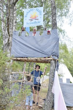 Borg. Barkaby-Skälby scoutkår har byggt en borg kring sitt läger.