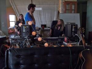 Ljudteknikern Ted Young, i kort hår och blå tröja, har precis vunnit en Grammy för bästa återmixning. Israel Nash Gripka, i solglasögon till höger i bild, har själv frågat om han får producera Ellen Sundbergs nya skiva. Eric Swanson till vänster spelar Pedal Steel.