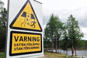 En av skyltarna som varnar för vattenpåsläpp vid Ljusnan i närheten av olycksplatsen.