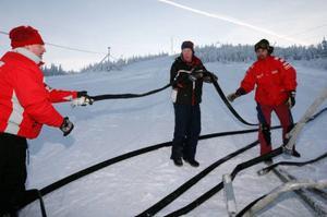 Slangar hit och slangar dit. Det är mycket jobb innan snön kan spruta från kanonerna.Foto: Håkan Degselius